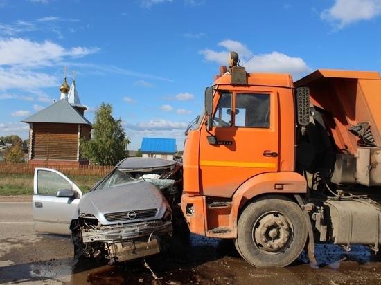 В Кировской области «Опель Астра» попала под Камаз