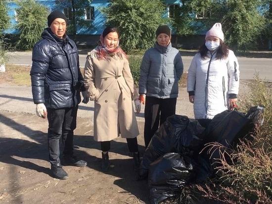 Сотрудники мэрии Кызыла еженедельно выходят на субботники
