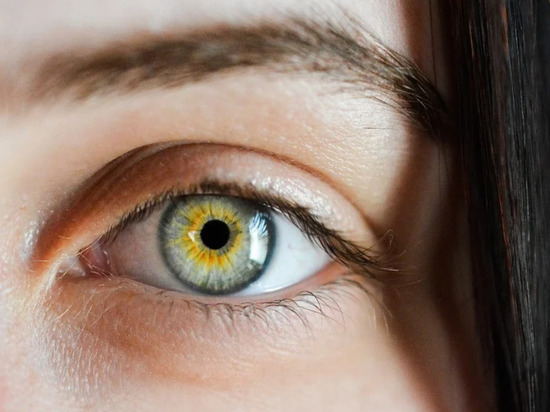 Признаком нехватки витамина B12 назвали четыре симптома на лице