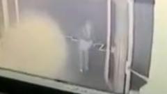 "В Мурманске попала на видео атака здания правительства бутылками с ""коктейлем Молотова"""
