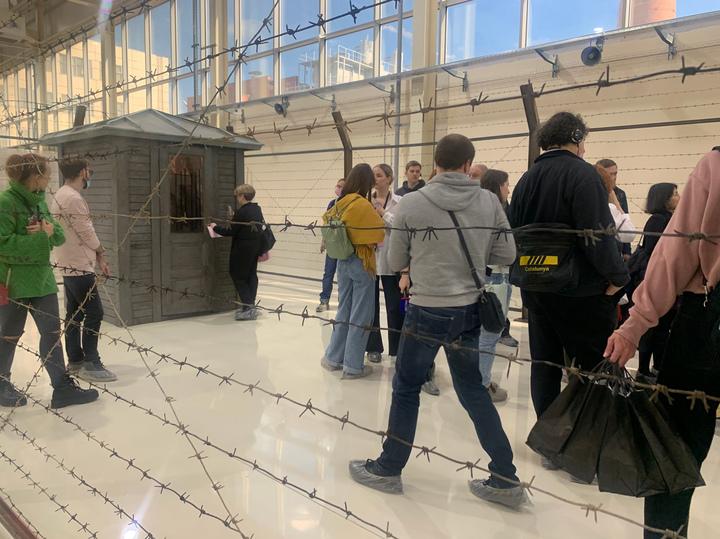 Уральская биеннале подружила летающего водолаза с паутиной