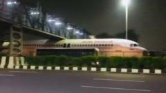 В Индии пассажирский самолет застрял под мостом