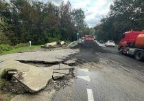 Из-за сильных ливней в Сочи произошло четыре оползня, разрушены дороги и дома