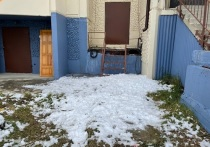 Снег валится вниз: на сломанные бортики крыши жалуется житель многоквартирника в Губкинском