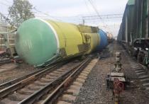 Пять вагонов грузового поезда сошли с рельс в Гатчине