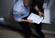 Известно, что адвокат сообщил своей подзащитной, что у него есть связи в правоохранительных органах