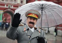 В школе Красноярска концерт ко Дню учителя прошел под портретом Сталина