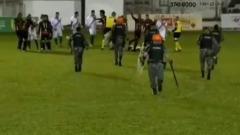 Бразильского игрока арестовали на футбольном поле за драку с судьей