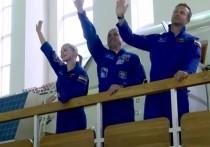 В лентах в последние дня закономерно всплывает вопрос: если за четыре месяца можно подготовить человека к космическому полету - почему мы тогда так высоко ценим космонавтов? За что им дают ордена и звание Героев России? Не означает ли всё это, что профессия космонавта стала обычной, рядовой?