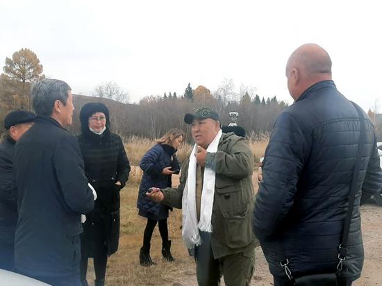 Олег Бады и Юрий Кара-оол проверили ход строительства сельской дороги