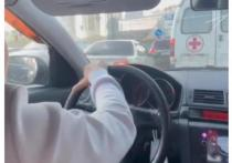 Спортсменка из Новосибирска объехала пробку на Mercedes за скорой помощью