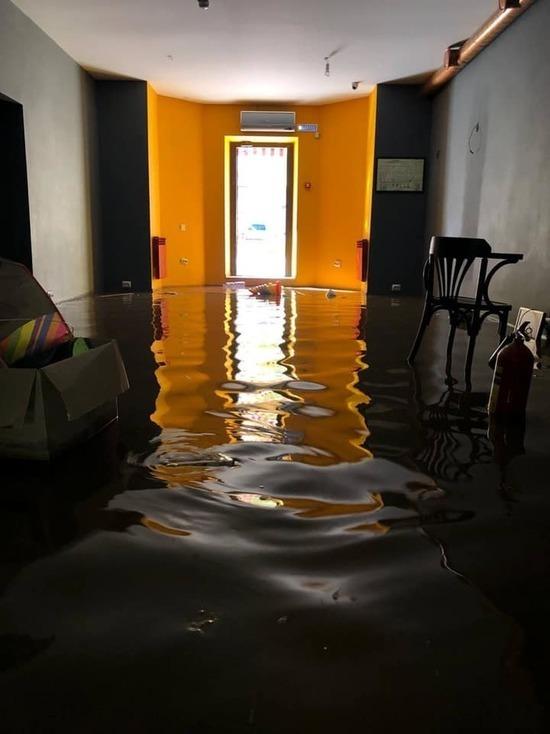 Воды по колено: астраханскую многоэтажку затопило канализацией