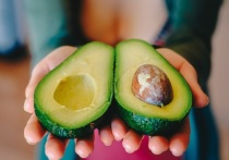 Авокадо содержит в составе большую концентрацию полезных для кишечника пищевых волокон и мононенасыщенных жирных кислот, которые снижают уровень «плохого» холестерина в крови