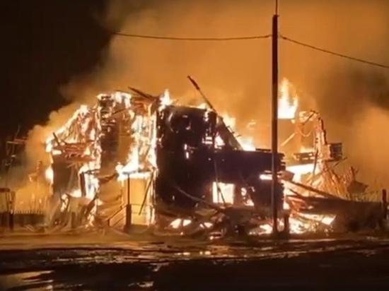 Пожарные спасли жилой дом от перехода огня с горящей «заброшки» в Красноселькупе