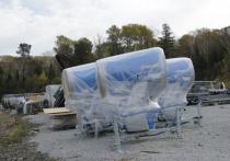 Сейчас готовится площадка под размещение оборудования, а также котлован и каскад колодцев для системы искусственного оснежения склонов: производятся дноуглубительные работы, укрепление бортов, затем будут уложены мембраны и трубопровод