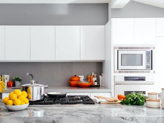 Диетолог Круглова говорит о вреде разогрева еды в микроволновке в пластиковой посуде