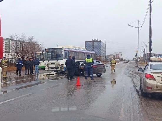 Водитель погиб, трое пострадавших: иномарка столкнулась с автобусом в Новом Уренгое