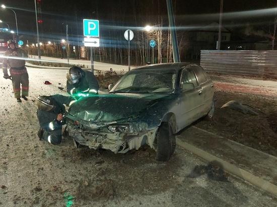 Водитель иномарки снес два столба и сбежал с места ДТП