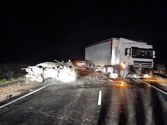 На калмыцкой дороге смертельное ДТП: в катастрофе-столкновении погибли двое