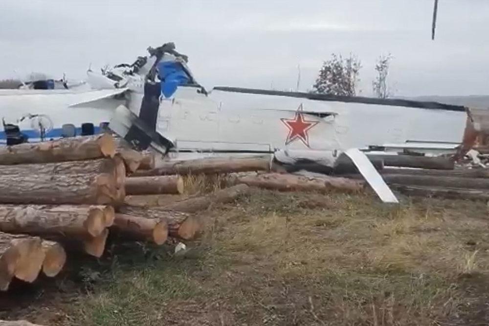 Парашютисты погибли в Татарстане при крушении самолета: фото обломков