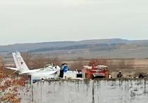 По уточненной информации МЧС, на месте катастрофы самолета  L-410, разбившегося  в городе Мензелинск в Татарстане, прибывшим спасателям удалось вызволить живыми семерых человек, зажатых частями корпуса расколовшегося пополам самолета