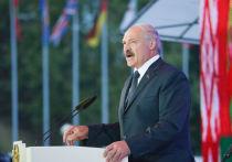 Лукашенко прокатился на мотоцикле, осматривая поля с озимыми