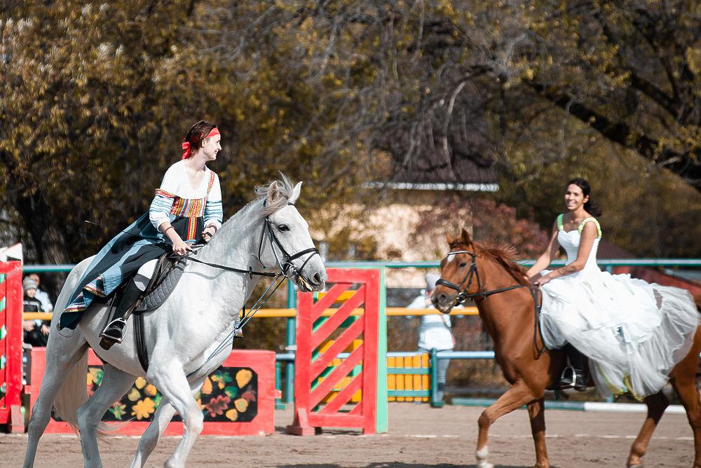 Принцессы на конях несказочно «зажгли» в Хабаровске