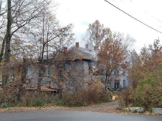 В Йошкар-Оле сегодня горел старый деревянный дом