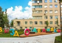 Мэр Москвы Сергей Собянин осмотрел территорию детской больницы имени Сперанского (ДГКБ №9), где специалисты столичного Комплекса городского хозяйства недавно завершили работы по благоустройству