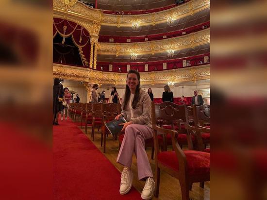«Я не представляю своей жизни без театра»: петербургская актриса Александра Велескевич рассказала о съемках в ситкоме и мечтах о Болливуде