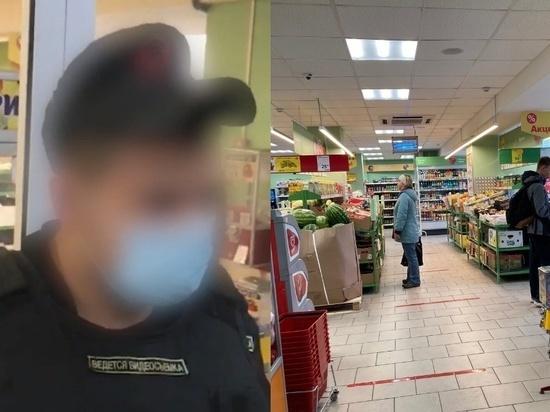 В Омске охранник магазина со скандалом избил покупателя