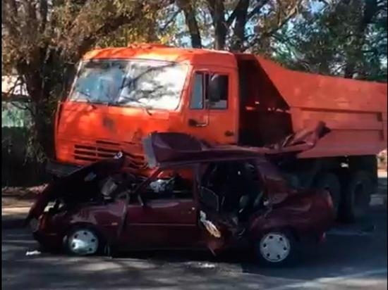 Два КамАЗа раздавили легковушку на трассе в Белгородской области