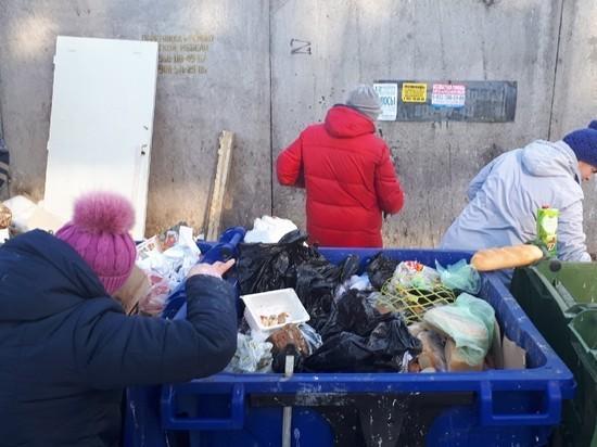 Ивановские бедняки охотятся за просрочкой у мусорных баков
