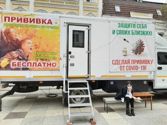 В Саратовской области региональные власти ввели обязательную вакцинацию для госслужащих, работников образовательных, медицинских организаций, центров социального обслуживания, а также сотрудников сферы услуг: торговли, транспорта, связи, парикмахерских, гостиниц и проч