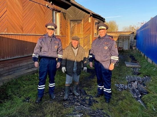 Старорусские полицейские вытащили из огня пожилых супругов