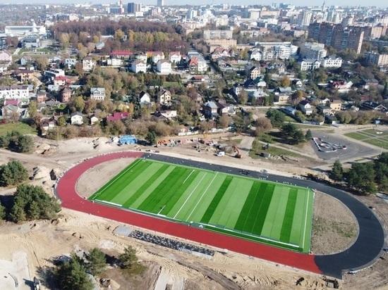 В сквере Волкова Калуги доделывают футбольное поле и беговые дорожки