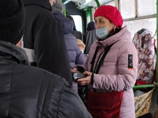 Кондукторы некоторых автобусов в Новосибирске не принимают безналичную оплату за проезд