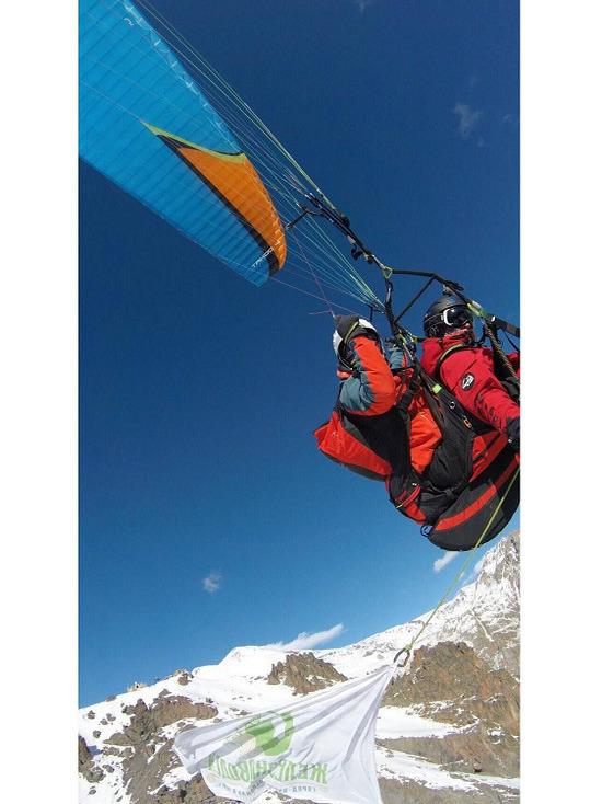 Флаг с железноводской бюветницей побывал на вершине Эльбруса