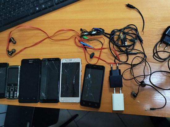 Под Брянском не дали перебросить мобильные телефоны зекам