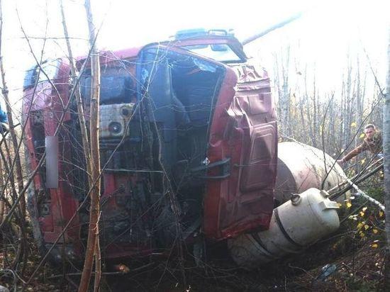 Костромские ДТП: грузовик «Вольво» почему-то свалился в кювет