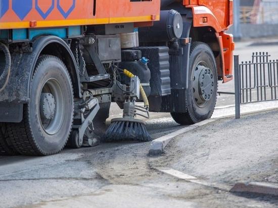 Противогололедным средством обрабатывают дороги в Салехарде
