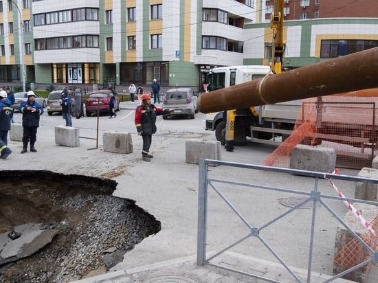 «Труба проложена 54 года назад»: СГК в прямом эфире показала ремонт провала в Новосибирске