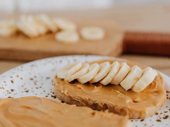 Окончательный вердикт о том, полезнее ли миндальное или арахисовое масло