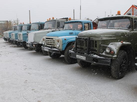 В Улан-Удэ после ночного снега подсыпают дороги песком
