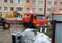 Холодильники, микроволновки и покрышки складывают у мусорных баков жители Пангод