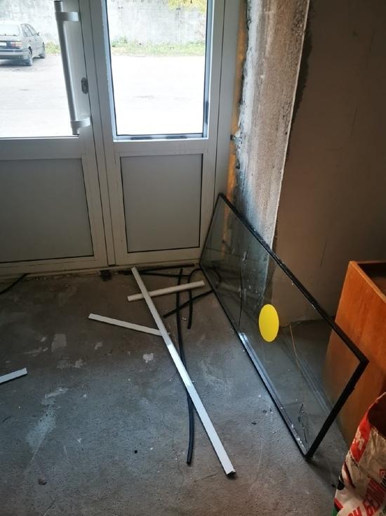 В Тверской области мужчина заплатил за разбитые в больнице стекла