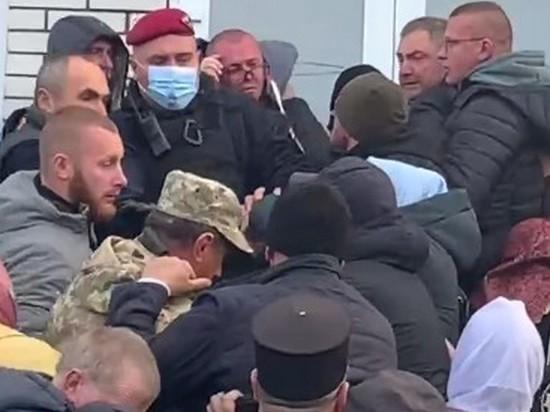 На Украине верующие устроили массовую драку за храм
