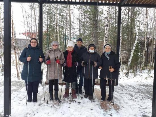 Пенсионеров 2 раза в неделю ждут на бесплатных занятиях скандинавской ходьбой в Тарко-Сале