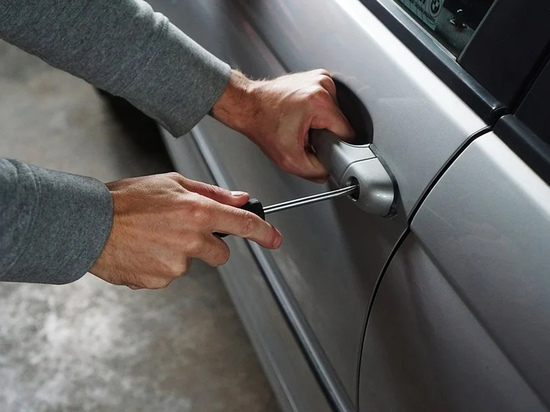 Автовандализм — кражи с припаркованных автомобилей всего, что плохо прикручено, — продолжает оставаться проблемой в России, в том числе в столице
