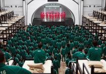 Южнокорейский сериал «Игра в кальмара» от Netflix во многих странах, в том числе в России, имеет маркировку «18+» и не предназначен для несовершеннолетних